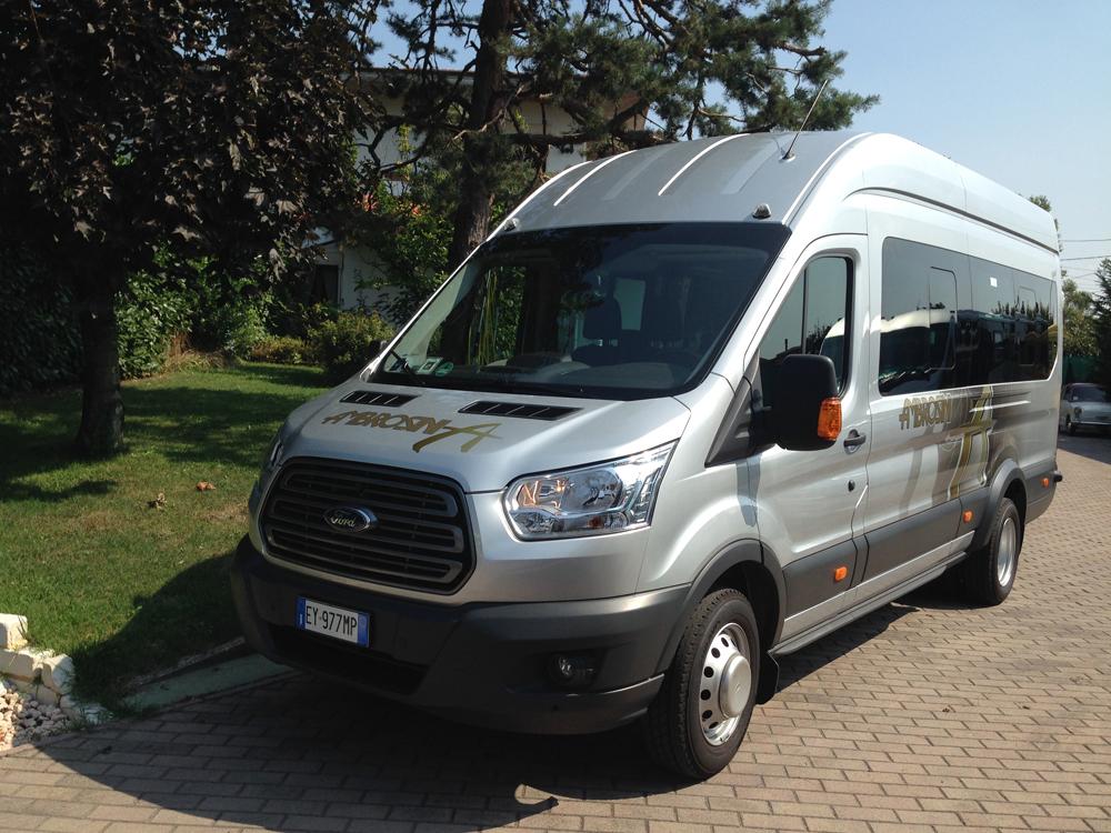 Ford minibus 17 posti di fronte