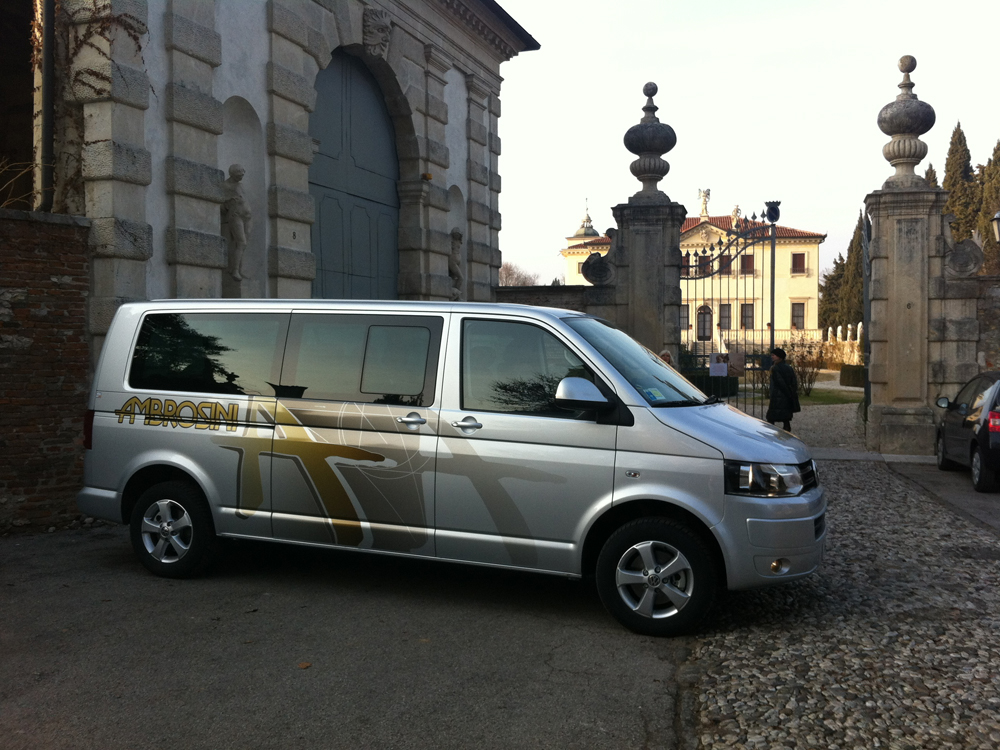 VW Caravelle Minibus vista di lato