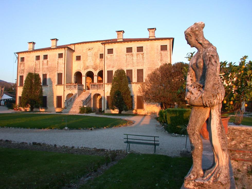 Villa-Godi con statua